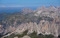 在白云岩的山风景 免版税库存图片