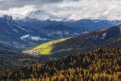 在白云岩的秋天风景,意大利 免版税库存图片