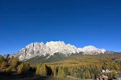 在白云岩的秋天,登上Cristallo是一意想不到的秋天天 库存照片