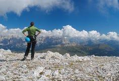 敬佩看法的登山人在Dolomiti 免版税库存照片