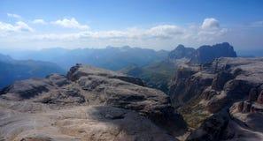 在白云岩的美好的山风景 免版税库存图片