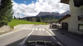 在白云岩的风景路线的司机观点从Gardena山口的到La别墅村庄  股票录像