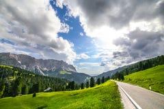 在白云岩的高山风景 免版税库存照片