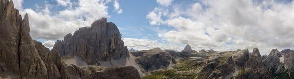 在白云岩的Zwoelferkofel从Alpinisteig 库存图片