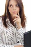 在白人妇女工作的企业膝上型计算机 免版税库存图片