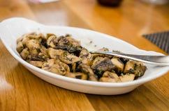 在白兰地酒调味汁烹调的蘑菇 免版税库存照片