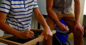在白垩板岩的男小学生文字在教室在学校4k 影视素材