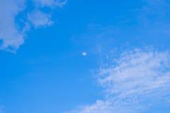 在白天天空的月亮 免版税图库摄影