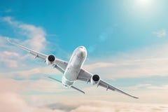 在白天天空阴云密布的客机飞行,cloudscape 免版税库存图片