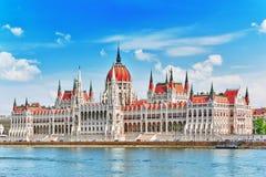 在白天的匈牙利议会 从多瑙河的布达佩斯视图劈裂 库存照片