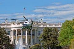 在白宫美国前面的飞行直升机 免版税库存照片