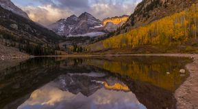 在白杨木,科罗拉多CO,美国-全景日落附近的褐红的响铃上色雪和冬天-秋天秋天颜色-山 库存图片
