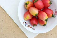 在白棉布的蕃茄 免版税库存照片
