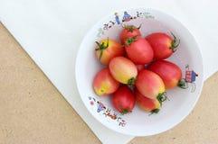在白棉布的蕃茄 免版税图库摄影
