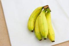 在白棉布背景的香蕉 库存图片
