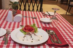 在白汁按菜谱点菜膳食的烤牛肉 免版税库存图片