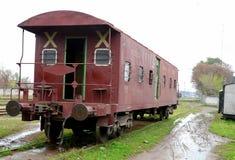 在白沙瓦连接点房屋板壁的老被风化的巴基斯坦铁路司闸车 图库摄影