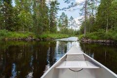 在白浪附近的铝独木舟 库存照片