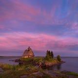 在白海海岸村庄Rabocheostrovsk的不眠夜,卡累利阿共和国 在海岛上的老东正教木教会 免版税库存图片