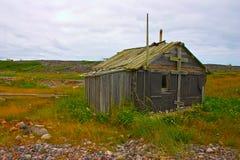 在白海海岸,北Russ的老被放弃的fishermans客舱 免版税库存照片