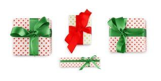 在白皮书和明亮的丝带包裹的礼物盒 免版税库存图片