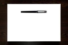 在白皮书板料隔绝的黑笔 免版税库存照片