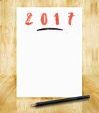 在白皮书框架的2017个新年与铅笔在手中刷子猪圈 免版税库存图片