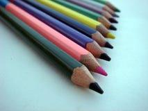 在白皮书的五颜六色的蜡笔铅笔 免版税库存照片
