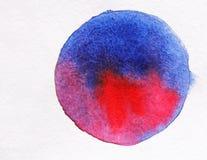在白皮书的蓝色和桃红色水彩 画开花的河结构树水彩绕的银行 库存图片