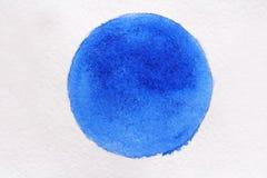在白皮书的蓝色水彩 画开花的河结构树水彩绕的银行 免版税库存图片