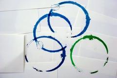 在白皮书背景的蓝色和绿色圆环污点 免版税库存图片