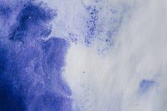 在白皮书,宏指令一张的紫色墨水污点  库存照片