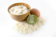 在白米的鸡蛋 免版税库存图片
