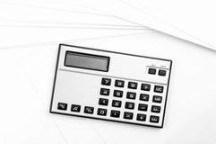 在白纸板料的计算器 免版税库存照片