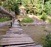 在白羊星座河的老木桥 免版税库存图片