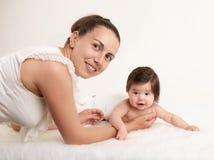 在白色、健康家庭和关心概念的母亲和婴孩画象 免版税库存照片