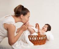 在白色、健康家庭和关心概念的母亲和婴孩画象 免版税库存图片