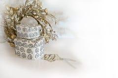 在白色、灰棕色和银的圣诞节装饰 免版税库存图片