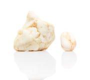 在白色与反射的两块白色矿物石头隔绝的 库存照片