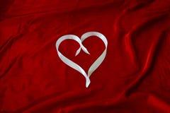 在白色丝带的心脏 免版税图库摄影