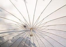 在白色之下的伞 免版税图库摄影