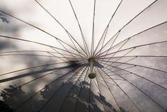 在白色之下的伞 库存照片