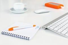 在白色书桌桔子项目的企业构成 免版税图库摄影