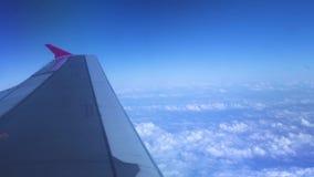 在白色云彩和天空蔚蓝风景的翼飞机 从窗口飞行飞机的看法在白色云彩中的天空蔚蓝 股票录像