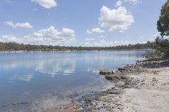 在白色云彩和蓝天下的Stockton湖 免版税库存图片