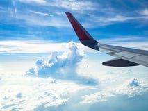 在白色云彩视图的飞机空运从飞机窗口,当飞行飞行时 库存图片