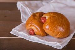 在白色亚麻布的两香肠面包 库存图片