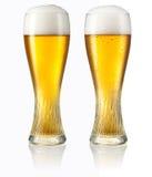 在白色低度黄啤酒隔绝的杯。裁减路线 图库摄影