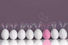 在白色兔子中的桃红色兔宝宝当复活节彩蛋 图库摄影