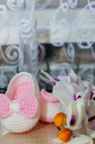 在白色兰花的桃红色赃物 免版税图库摄影